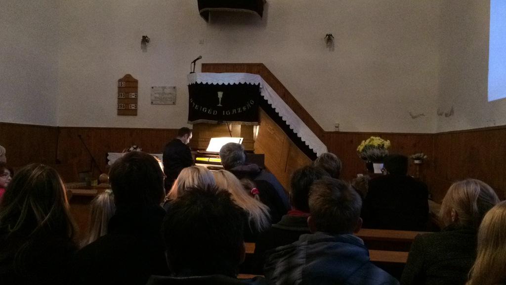 Fekete Nándor orgonaművész a református templomban