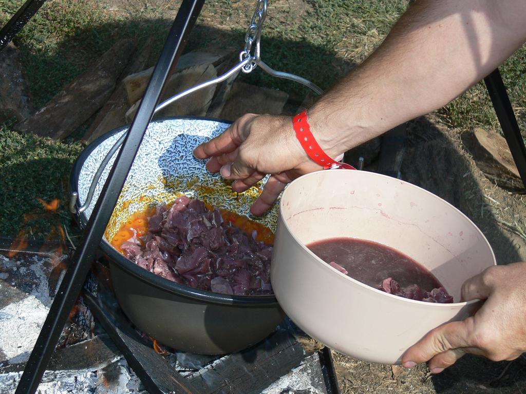 hús került a bográcsba